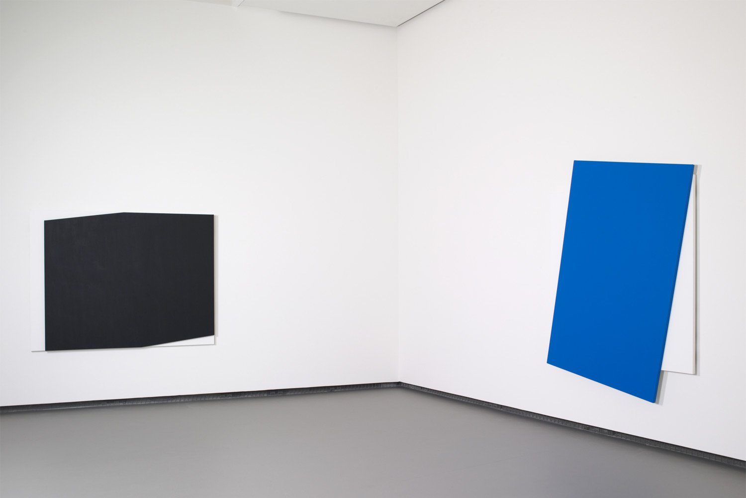 Ellsworth-Kelly—Concorde-Relief—Blue-Diagonal-©-Ellsworth-Kelly-©-Fondation-Louis-Vuitton-Marc-Domage